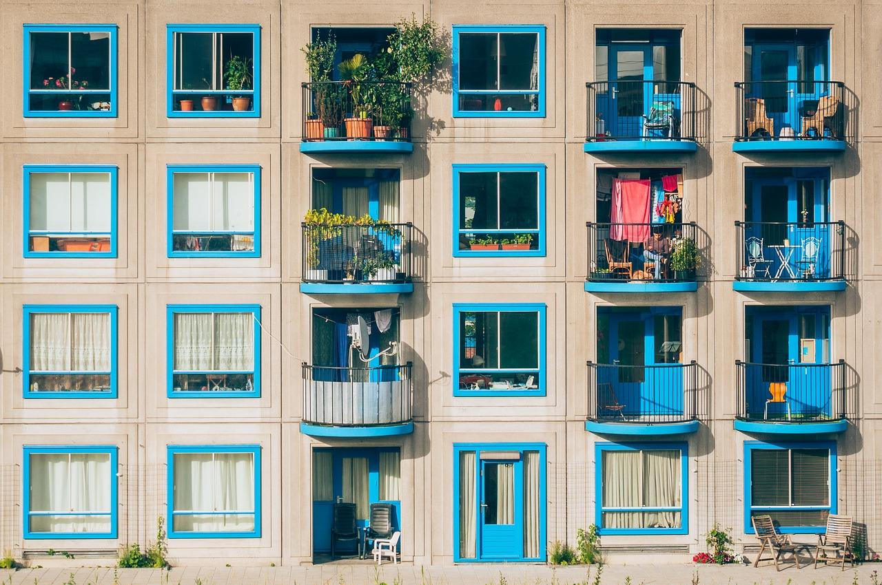 Czym wyłożyć balkon? Praktyczny przegląd materiałów!